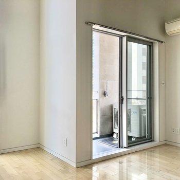【洋室】奥のお部屋からみていきましょう。こちらは寝室向きかな。