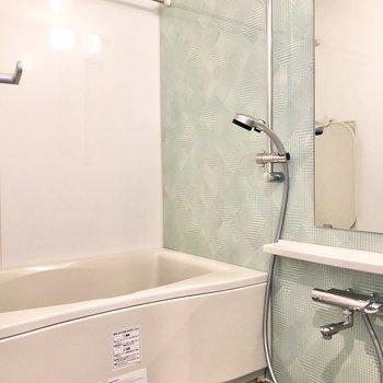 パステルブルーのクロスがかわいらしいお風呂。