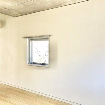 【LDK】壁はスッキリしているので家具の配置がしやすそう。