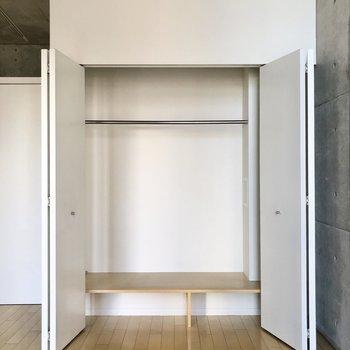 【洋室】服飾雑貨も収納できるクローゼットがあります。
