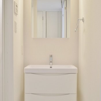 スタイリッシュにきめた洗面台※写真は別室のもの。
