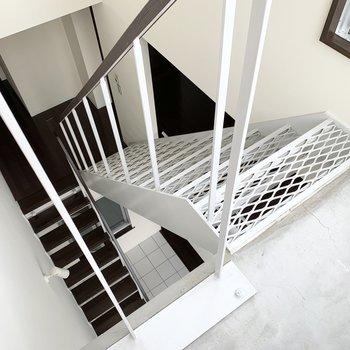 スケルトンの階段を通して上からの日差しもしっかり下まで届きます。