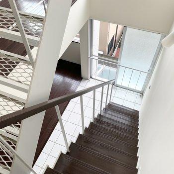 上からの景色も素敵。階段室はフロアタイルなので観葉植物を置くのも良さそうですね。