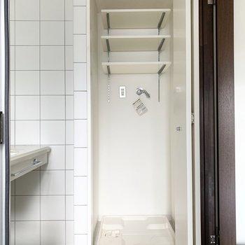 洗濯機置場は浴室のお向かいに。ドア付きも嬉しいポイントです。