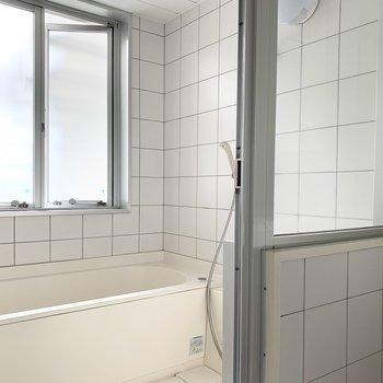お風呂も同じタイルで統一感のある空間。2面の窓が昼と夜で違ったバスタイムの演出をしてくれますね。