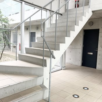 エントランスからこちらの階段で上へ。