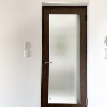 次はキッチン奥の水廻りを。まず、ドアから素敵です。
