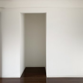 クローゼットの対面には凹んだ一角が。床の間的空間にするのも素敵そう。
