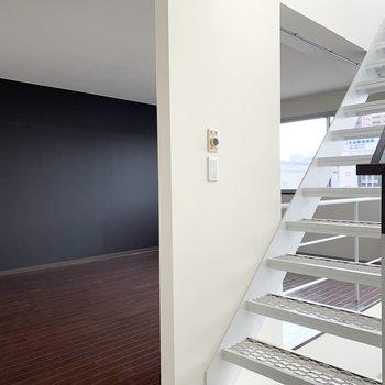 …とも言ってられないので、上のフロアを見ていきましょう。階段横がすぐに居室です。