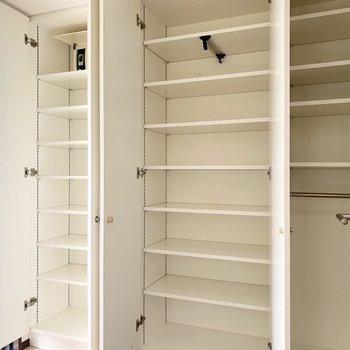 玄関収納もたっぷり全て可動棚。真ん中にはハンガーパイプも入っているので、大きく空けてアウター収納に使うのもオススメです。