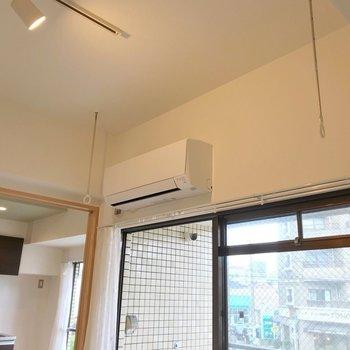 窓際には室内干しできるツールも。(※写真は清掃前のものです)