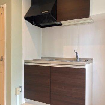 キッチンも新しめ。シンクの隣に1人暮らし用の冷蔵庫を置けます。(※写真は清掃前のものです)