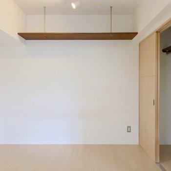 天井には棚。お気に入りの雑貨や観葉植物を飾って。(※写真は清掃前のものです)