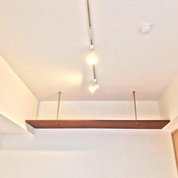 天井のライティングレールもお洒落…!(※写真は清掃前のものです)