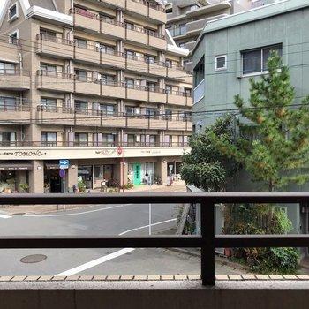 2階なので道路が少し近いですが、車通りは少ないので音はあまり気になりませんよ。