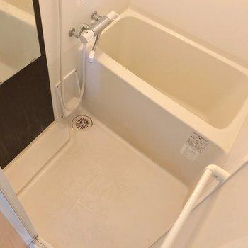 お風呂はサーモ水栓で温度調節簡単です。(※写真は清掃前のものです)