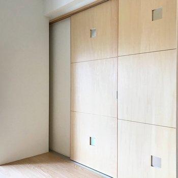 引き戸で仕切ることもできます。もちろん開けてワンルームとして使っても◎(※写真は清掃前のものです)