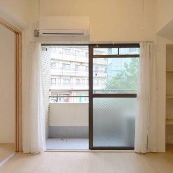 洋室は6帖。ベッド次第では書斎にもできる広さがしっかり。(※写真は清掃前のものです)