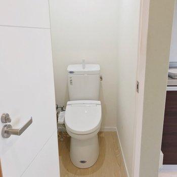 トイレもウォシュレット付きで快適。(※写真は清掃前のものです)