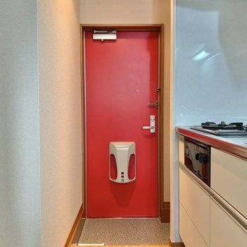 個性的な赤色玄関。