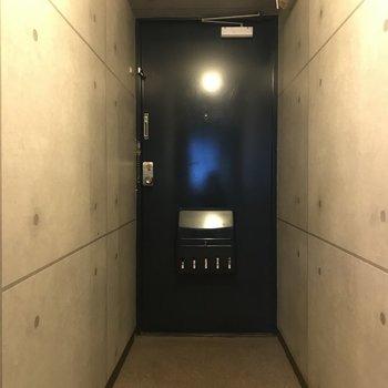 玄関スペースは広め。シューズボックスはありませんのでラックなどをご用意