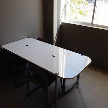 会議室① 実はこのデスク、ホワイトボードになっているんです