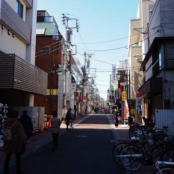 駅前には下町雰囲気あふれる商店街が続いています。