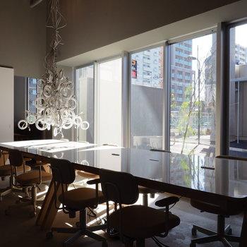 無機質なオフィスに光が溢れます。