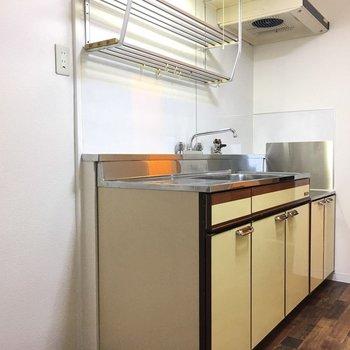 キッチンは淡い黄色。