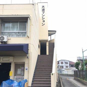 ゴミ置き場は階段を降りてすぐの場所に。