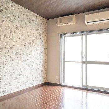 洋室】こっちのお部屋は壁紙がフェミニン。