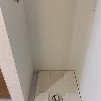 洗濯機はキッチンの右手、お風呂の向かいです。