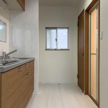 キッチンには鏡がついてるので洗面台としても兼用できますね!