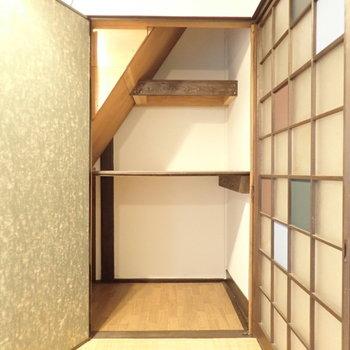玄関前の和室の収納です。階段下収納となっています