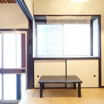 さて玄関へ。ここにも収納はありますね。窓際には置物を。