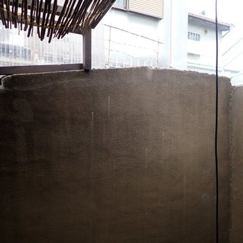 ベランダは塀に囲まれています