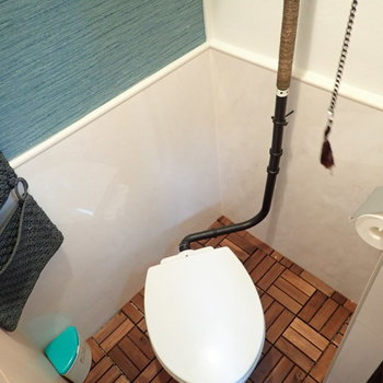 扉の中はトイレ。引っ張って水を流すタイプです