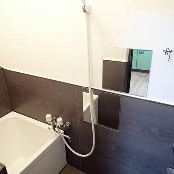 まずはお風呂。鏡が互いちがいにふたつありますよ〜
