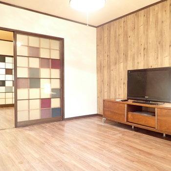 奥のお部屋。木調の内装で雰囲気がちがいます!※テレビは撤去されます