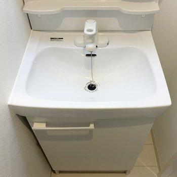 コンパクトながらも使いやすそうな洗面台です。