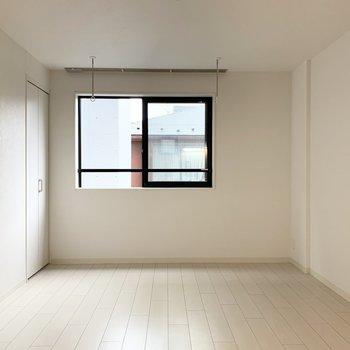 白を基調として明るいお部屋です。
