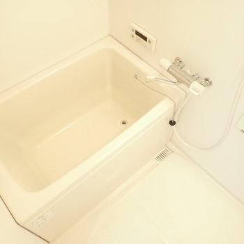 白くて清潔なバスルーム