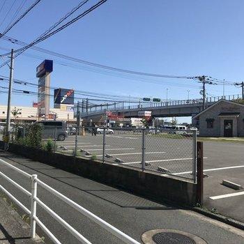 駅から団地までは大通り横の小道を通って。都市高速が見えますね。