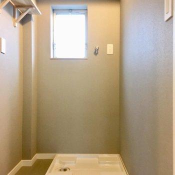 【イメージ写真】洗濯機置き場も新しく。脱衣所に窓があって換気がしやすい。