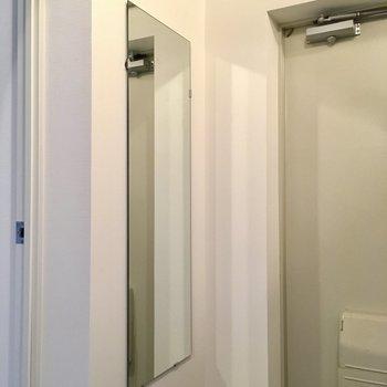 【イメージ写真】鏡もついてきます!お出かけ前に、最終チェック。準備はいい?