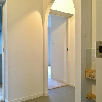 【イメージ写真】玄関の先はかわいいアーチがおでむかえ。