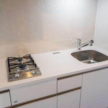 白くて清潔感があるキッチンです※写真は3階の反転間取り別部屋のものです