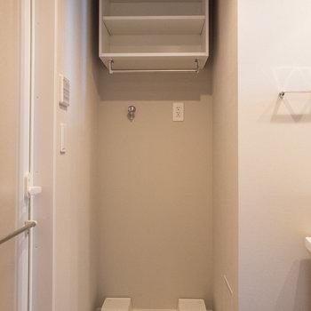 洗濯機置き場上部に2段の棚が付いています※写真は3階の反転間取り別部屋のものです
