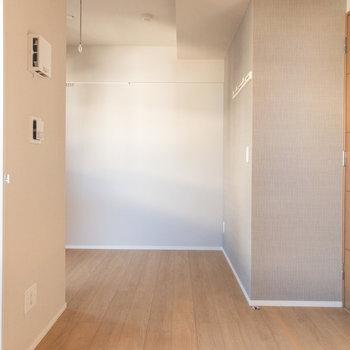 落ち着いたトーンのクロスです※写真は3階の反転間取り別部屋のものです