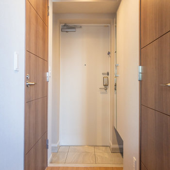 玄関は脱ぎ履きがしやすそうな広さでした※写真は3階の反転間取り別部屋のものです